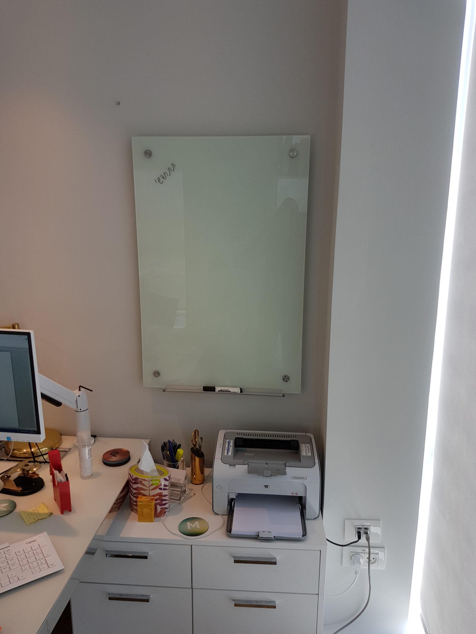 לוח זכוכית מחיק מגנטי לבן