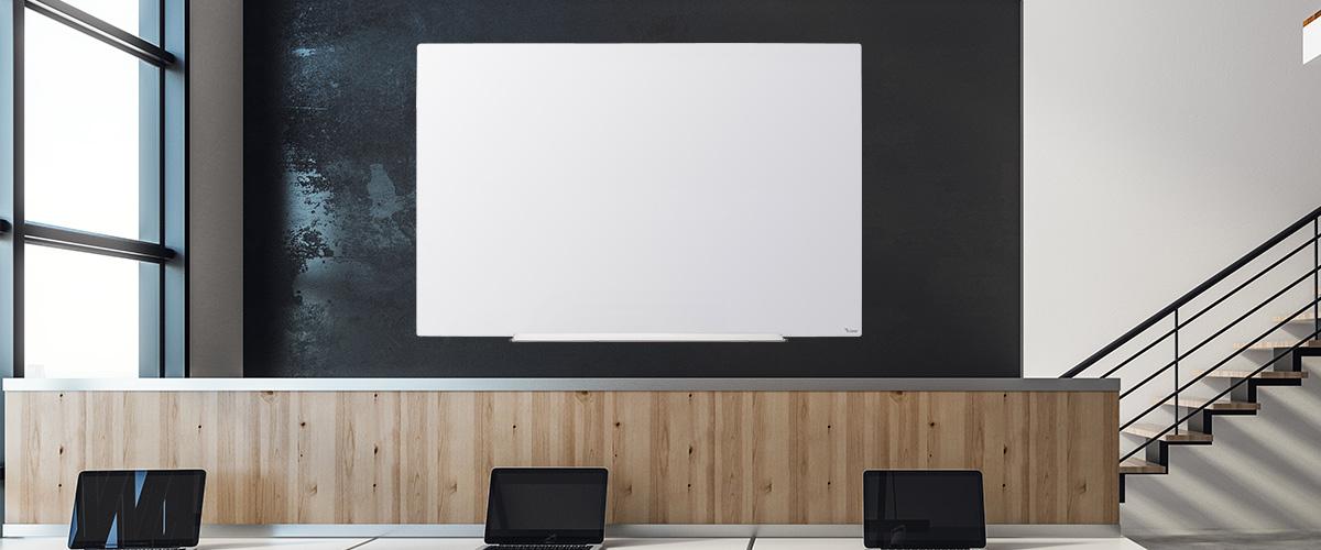 לוח זכוכית לבנה על רקע שחור