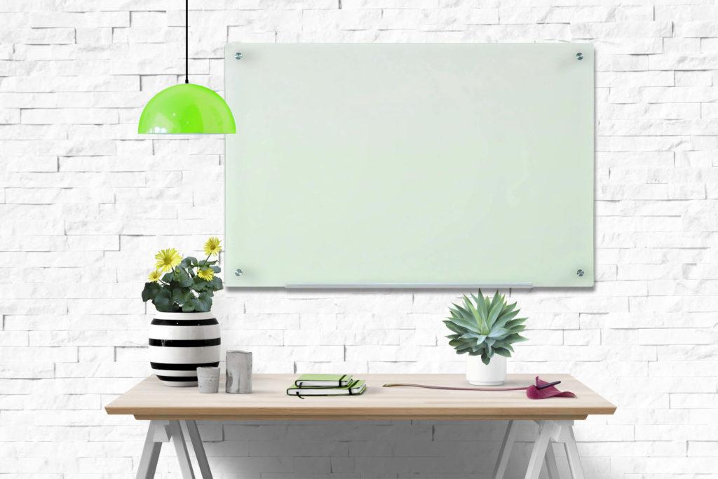 לוח זכוכית מחיק לבן ומגנטי