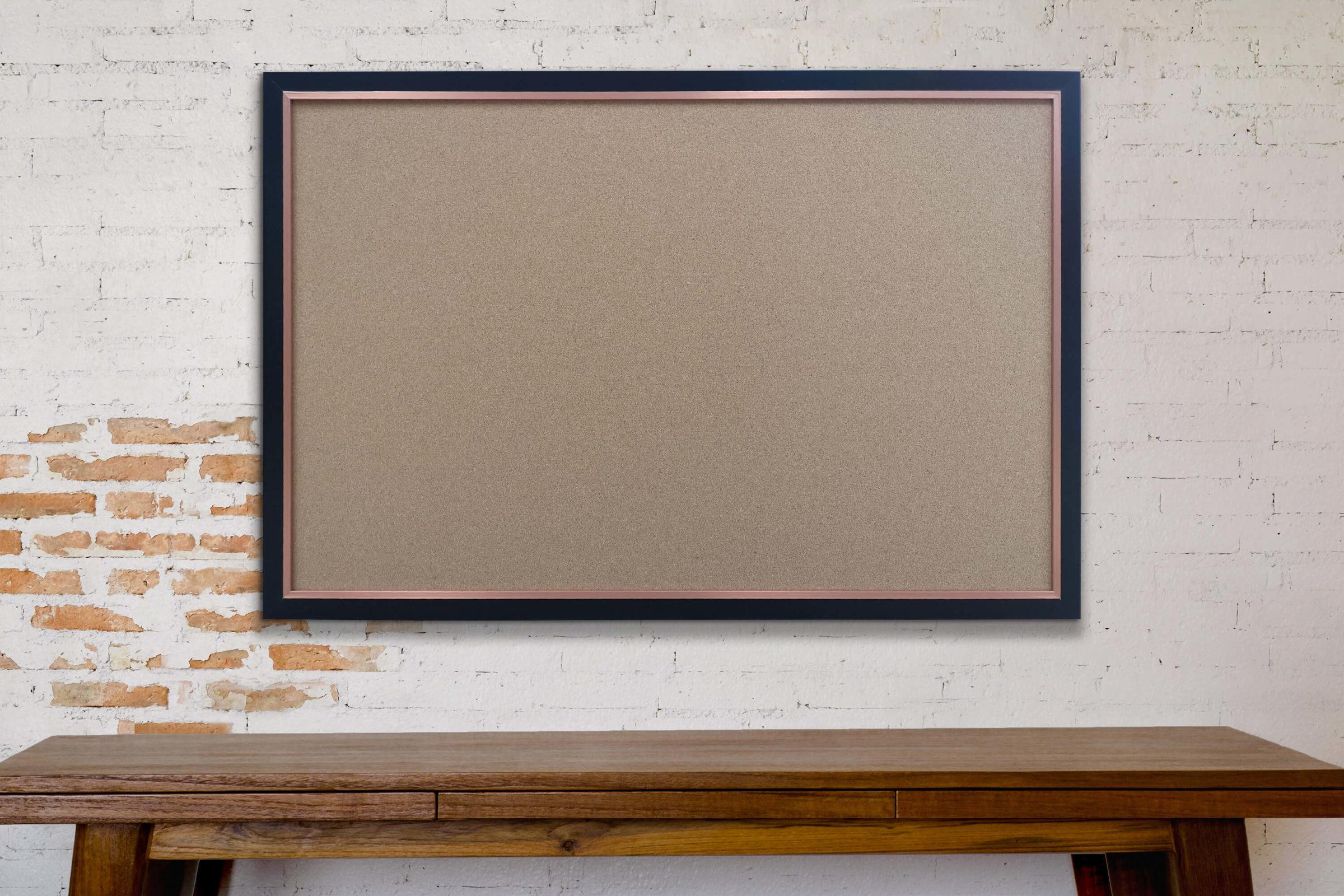 לוח שעם עם מסגרת עץ שחורה
