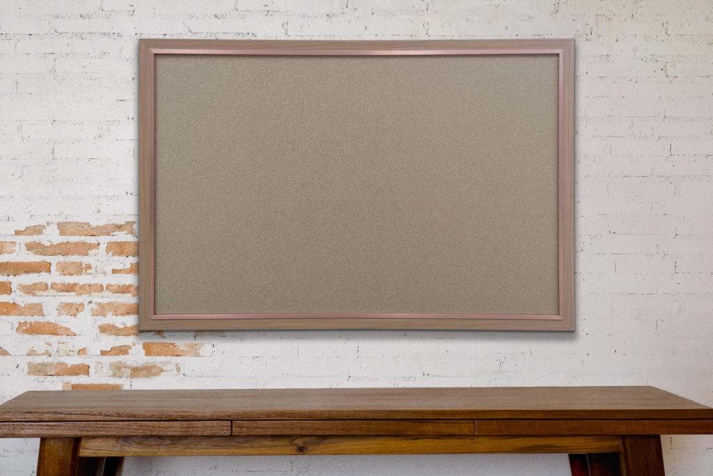לוח שעם עם מסגרת עץ חומה